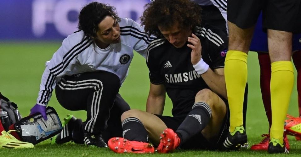 22.abr.2014 - David Luiz recebe atendimento em campo após trombada em Diego Costa durante o jogo entre Atletico de Madri e Chelsea no Vicente Celderón, em Madri
