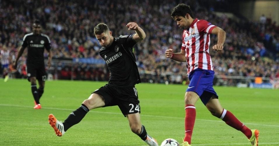 22.abr.2014 - Diego Costa avança ao ataque e ameaça defesa do Chelsea no jogo das semifinais da Liga dos Campeões