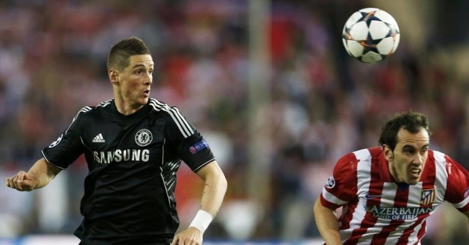 22.abr.2014 - Fernando Torres e Diego Godin tentam alcançar a bola na partida entre Chelsea e Atlético de Madri pelas semifinais da Liga dos Campeões