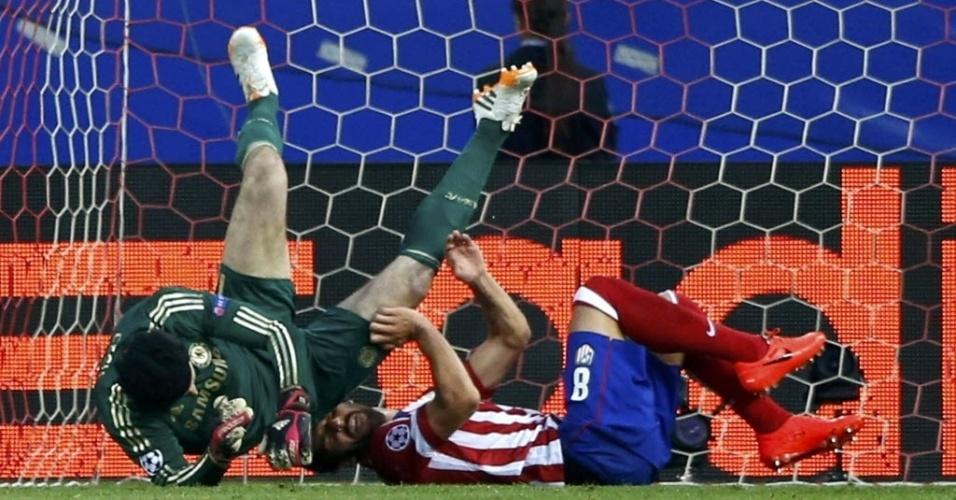 22.abr.2014 - Goleiro do Chelsea, Petr Cech cai de mau jeito após afastar bola da área em cruzamento do Atlético de Madri. Após o lance, Cech sentiu dores no ombro e precisou deixar o gramado