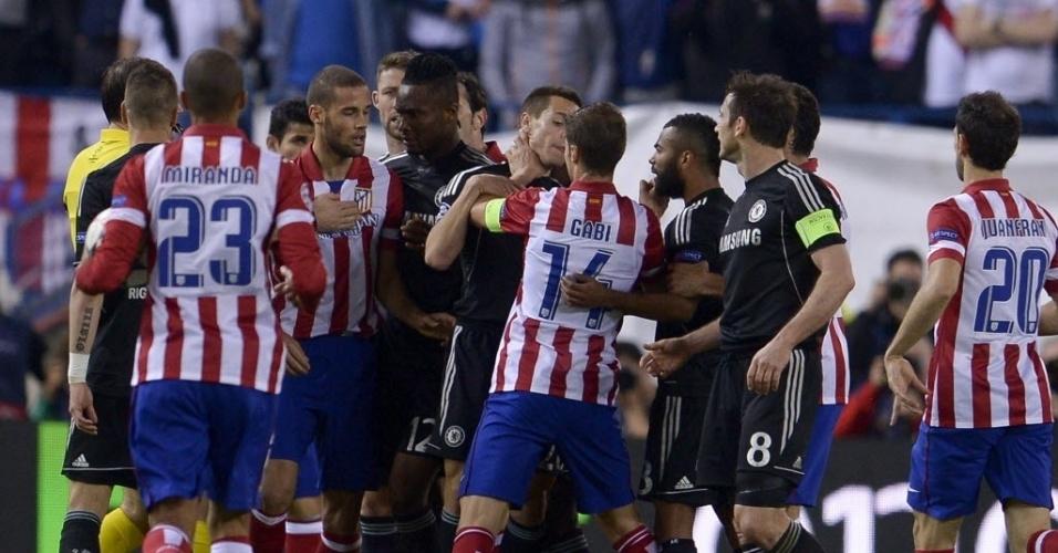 22.abr.2014 - Jogadores de Atlético de Madri e Chelsea discutem após Lampard colocar a mão na bola no duelo das semifinais da Liga dos Campeões