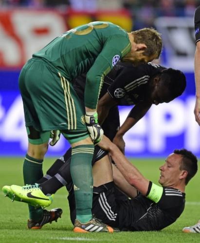 22.abr.2014 - John Terry recebe ajuda de  Mark Schwarzer e John Mikel  após torcer o pé em dividida com David Luiz na partida entre Atlético de Madri e Chelsea pela Liga dos Campeões. O capitão do Chelsea foi substituído após o lance.