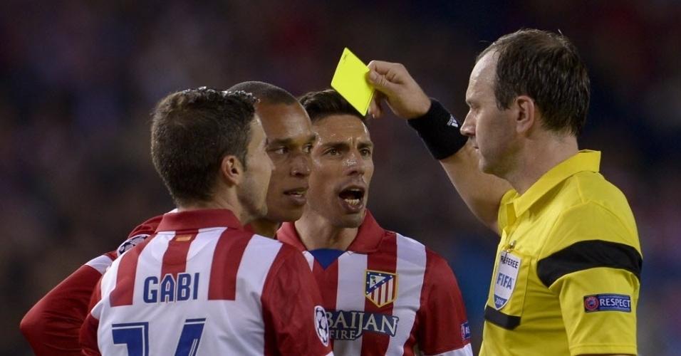 22.abr.2014 - Miranda recebe cartão amarelo após fazer falta em Fernando Torres na entrada da área do Atlético de Madri