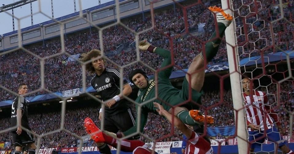 22.abr.2014 - Petr Cech cai no gramado após após afastar bola da área em cruzamento do Atlético de Madri. Após o lance, o goleiro sentiu dores no ombro e precisou deixar o gramado