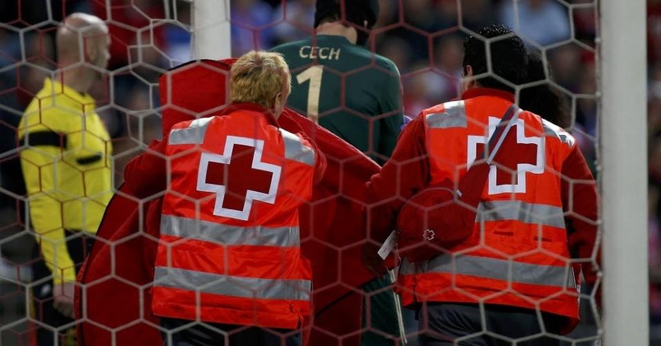 22.abr.2014 - Petr Cech deixa o gramado contundido após cair de mau jeito ao tentar defender o gol do Chelsea