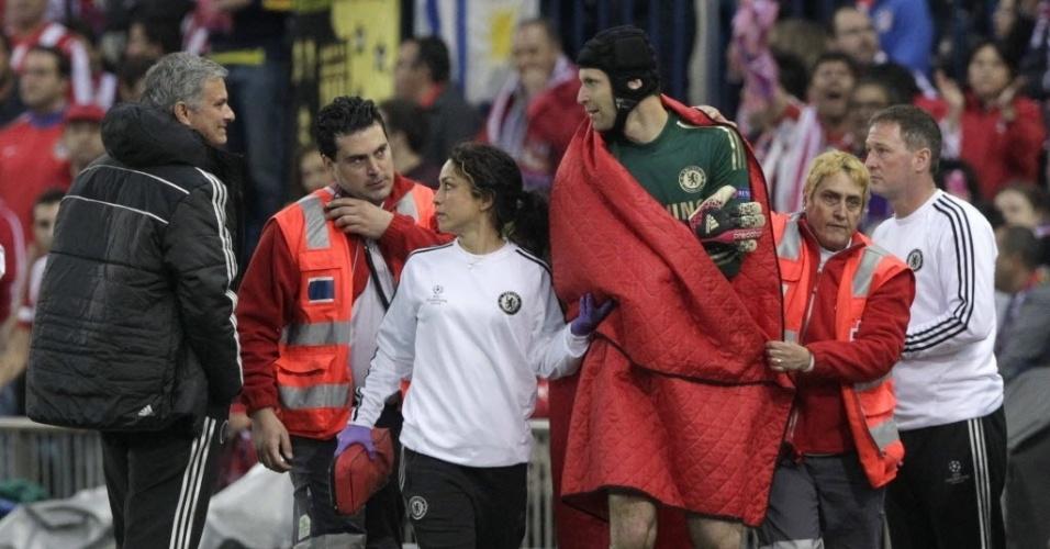 22.abr.2014 - Petr Cech e Mourinho trocam olhares após o goleiro precisar deixar o gramado com dores no ombro na partida contra o Atlético de Madri
