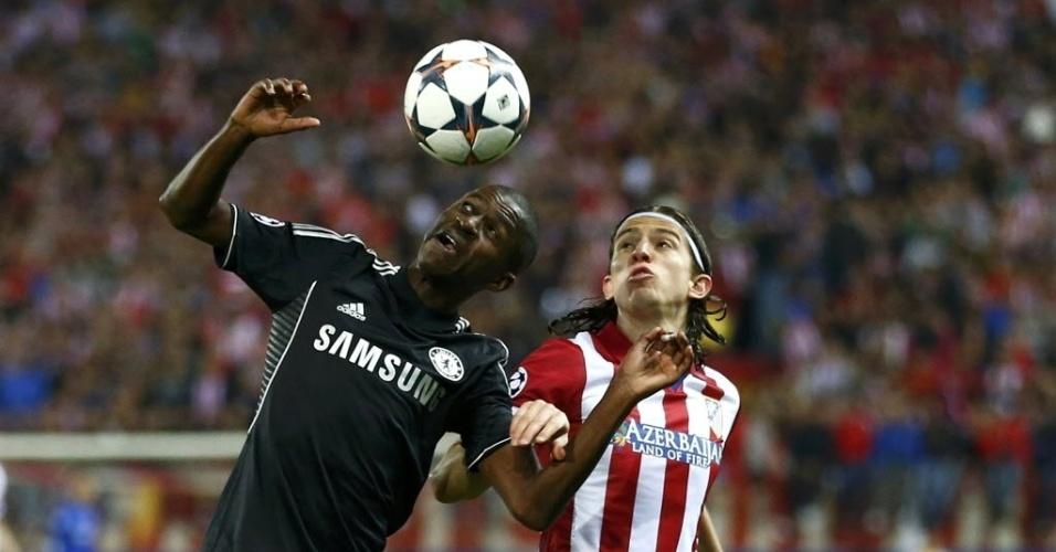 22.abr.2014 - Ramires e Filipe Luis disputam bola de cabeça no duelo entre Atlético de Madri e Chelsea pela Liga dos Campeões