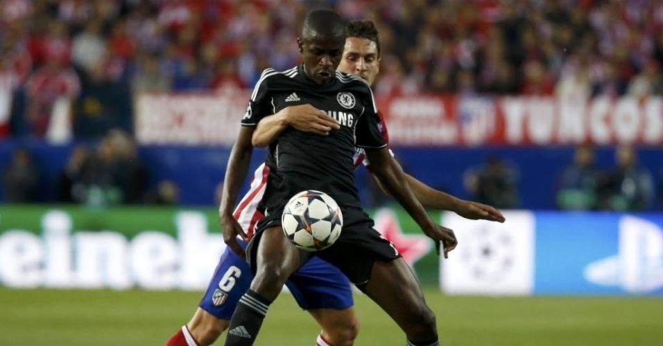 22.abr.2014 - Segurado por Koke, do Atlético de Madri, Ramires tenta dominar a bola para o Chelsea no primeiro jogo das semifinais da Liga dos Campeões