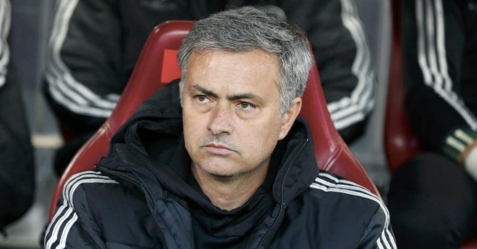 22.abr.2014 - Técnico do Chelsea, José Mourinho observa o primeiro jogo do time inglês contra o Atlético de Madri pelas semifinais da Liga dos Campeões