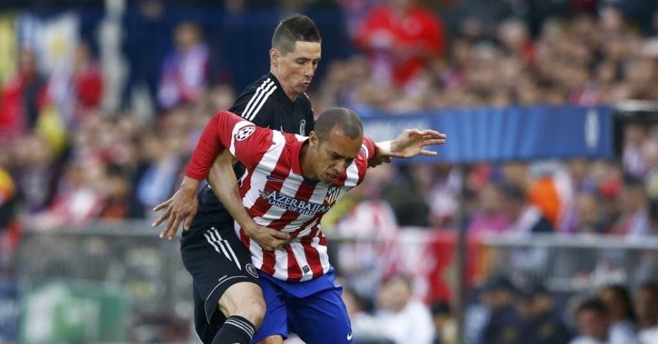 22.abr.2014 - Zagueiro brasileiro, Miranda é segurado por Fernando Torres durante a partida entre Atletico de Madri e Chelsea pela Liga dos Campeões