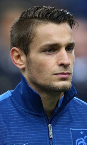 15.out.2013 - Mathieu Débuchy, da França, se perfila antes do jogo contra a Finlândia pelas eliminatórias da Copa do Mundo-2014