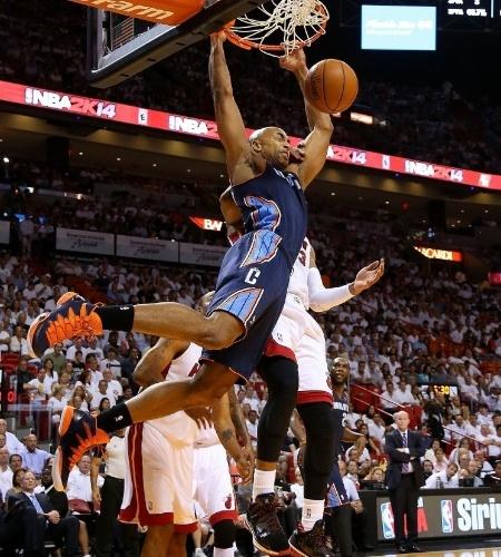 23.abr.2014 - Gerald Henderson, do Charlotte Bobcats, sobe para a enterrada durante o duelo com o Miami Heat