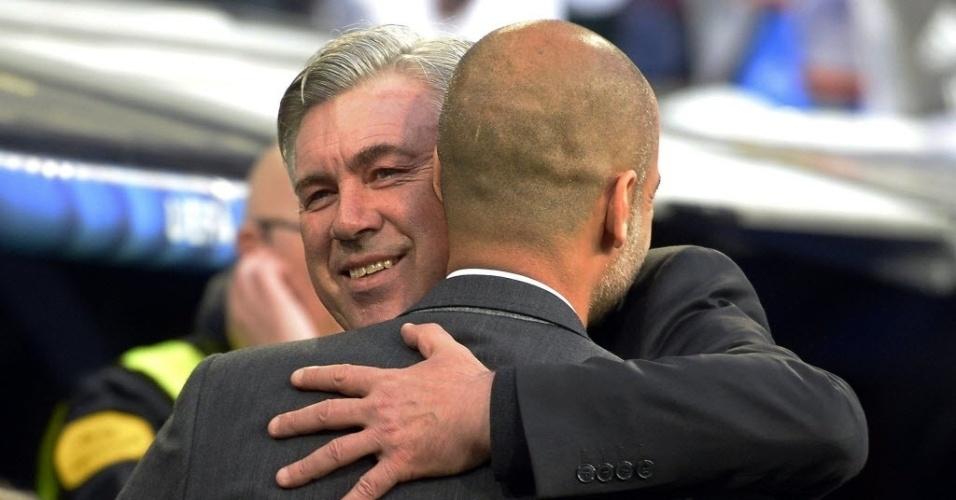 Carlo Ancelotti abraça Guardiola antes de jogo pelas semis da Liga - (23.abr.2014)