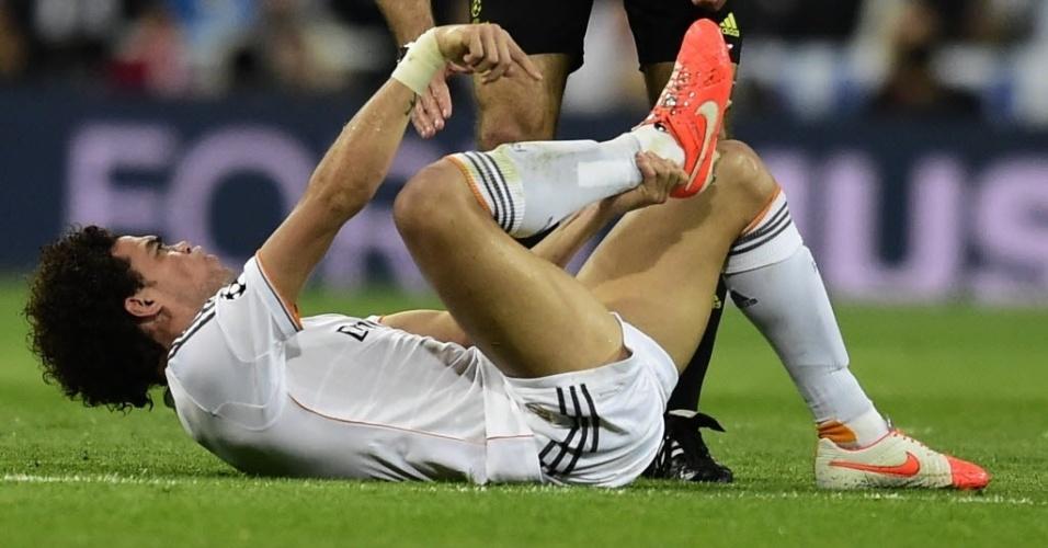 Árbitro checa se Pepe está bem após jogador cair em dividida com Toni Kroos - (23.abr.2014)