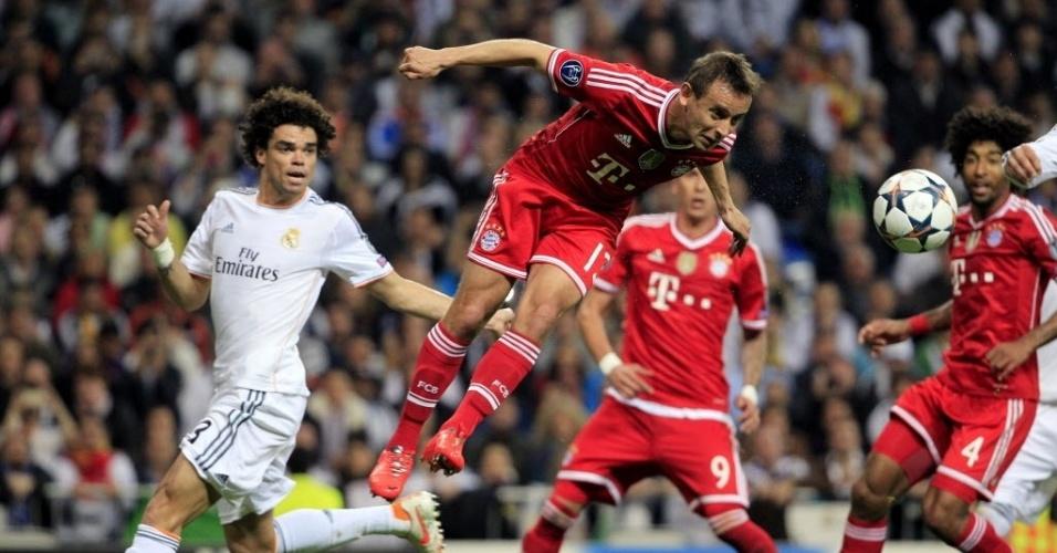 Brasileiro Rafinha afasta a bola da área do Bayern de Munique de cabeça - (23.abr.2014)