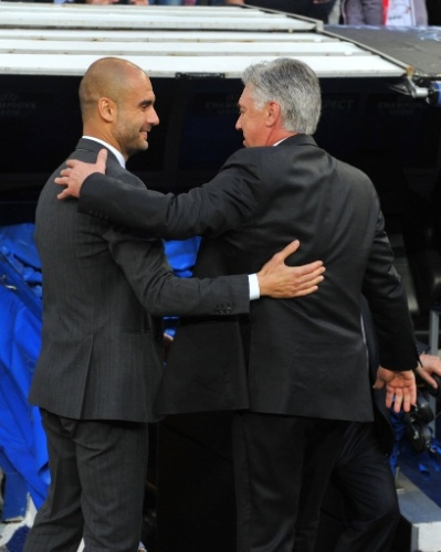 Carlo Ancelotti cumprimenta Guardiola após jogo pelas semis da Liga - (23.abr.2014)