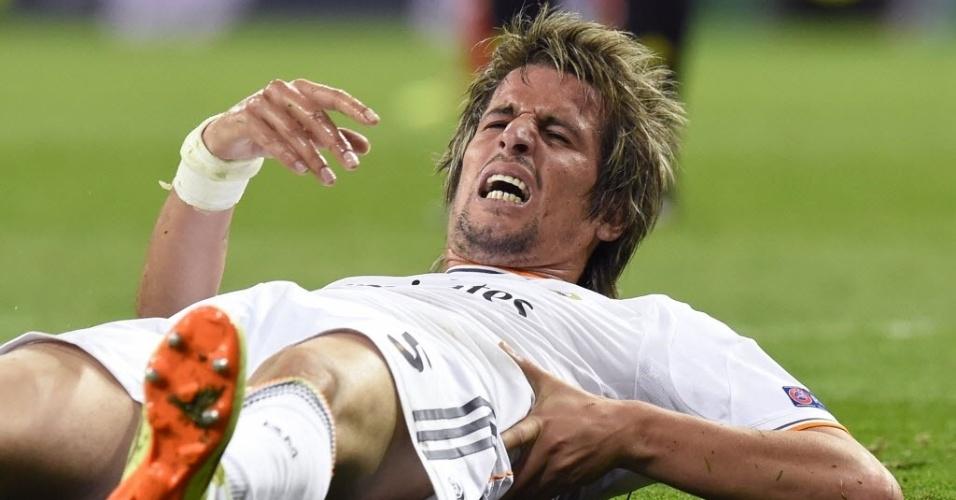 Coentrão deita no gramado durante jogo entre Real Madrid e Bayern de Munique pela Liga dos Campeões (23.abr.2014)