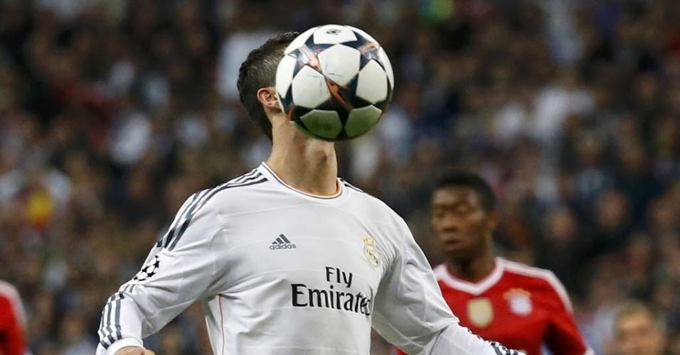 Cristiano Ronaldo tenta dominar a bola na partida contra o Bayern de Munique - (23.abr.2014)