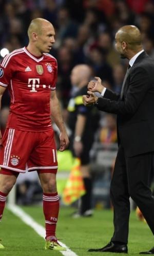 Guardiola conversa com Robben para tentar mudar tática na partida contra o Real - (23.abr.2014)