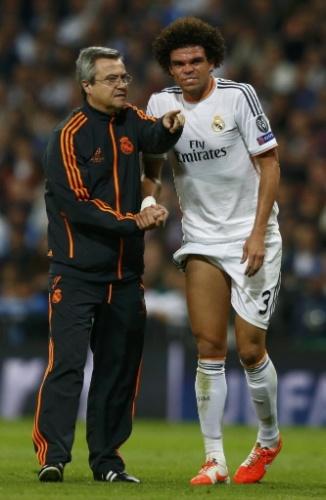 Pepe deixa o gramado após sentir dores musculares durante o jogo contra o Bayern - (23.abr.2014)