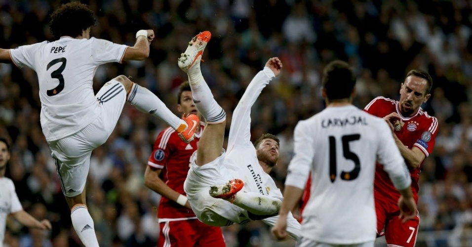 Ramos e Pepe tentam afastar o perigo da área do Real no jogo contra o Bayern - (23.abr.2014)