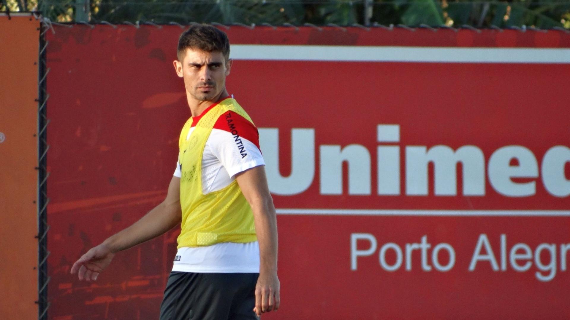 24.abr.2014 - Meia Alex volta a treinar com bola no Inter e deve encarar o Botafogo