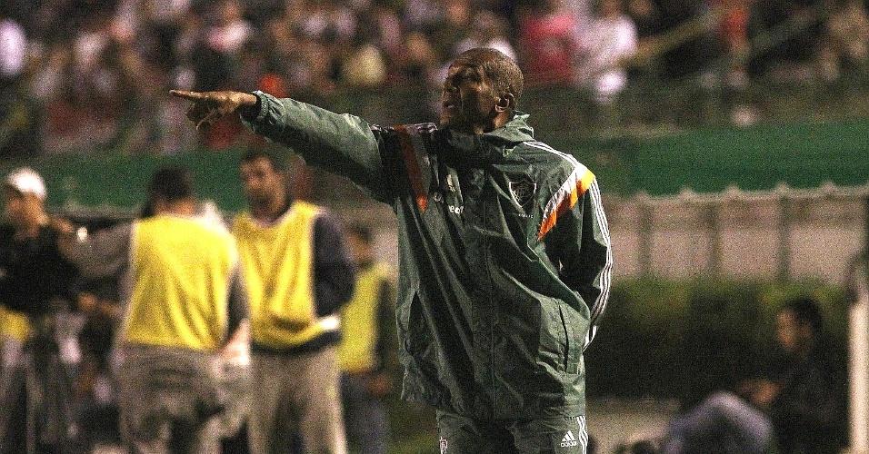 24.abr.2014 - O técnico do Fluminense, Cristóvão Borges, orienta seus jogadores durante duelo com Tupi-MG