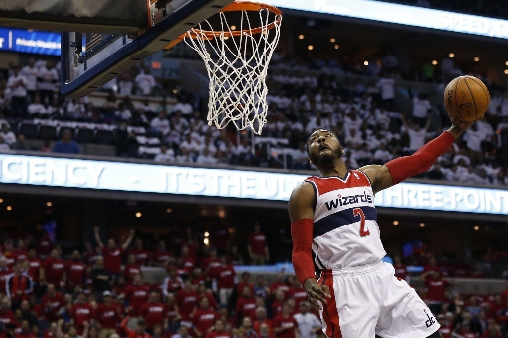 25.abr.2014 - John Wall voa para dar a enterrada mais bonita do duelo entre Washington Wizards e Chicago Bulls