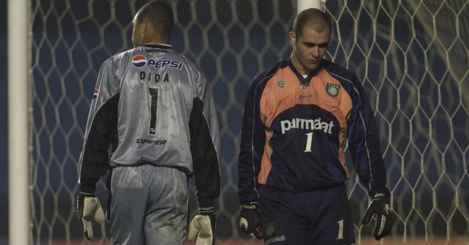 Dida e Marcos, goleiros de Corinthians e Palmeiras, respectivamente, trocam de posição na disputa por pênaltis da semi da Libertadores de 2000