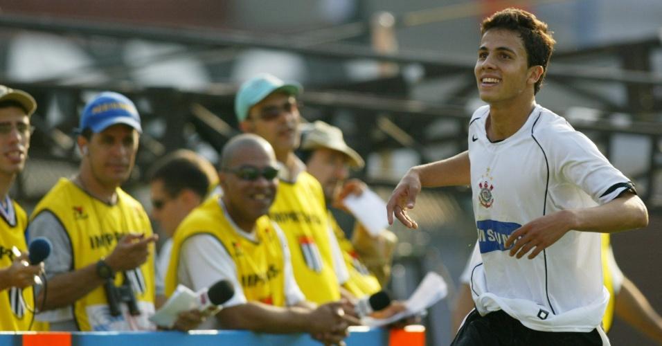 Nilmar, atacante do Corinthians, comemora um de seus gols na goleada por 7 a 1 da sua equipe contra o Santos, pelo Brasileiro de 2005