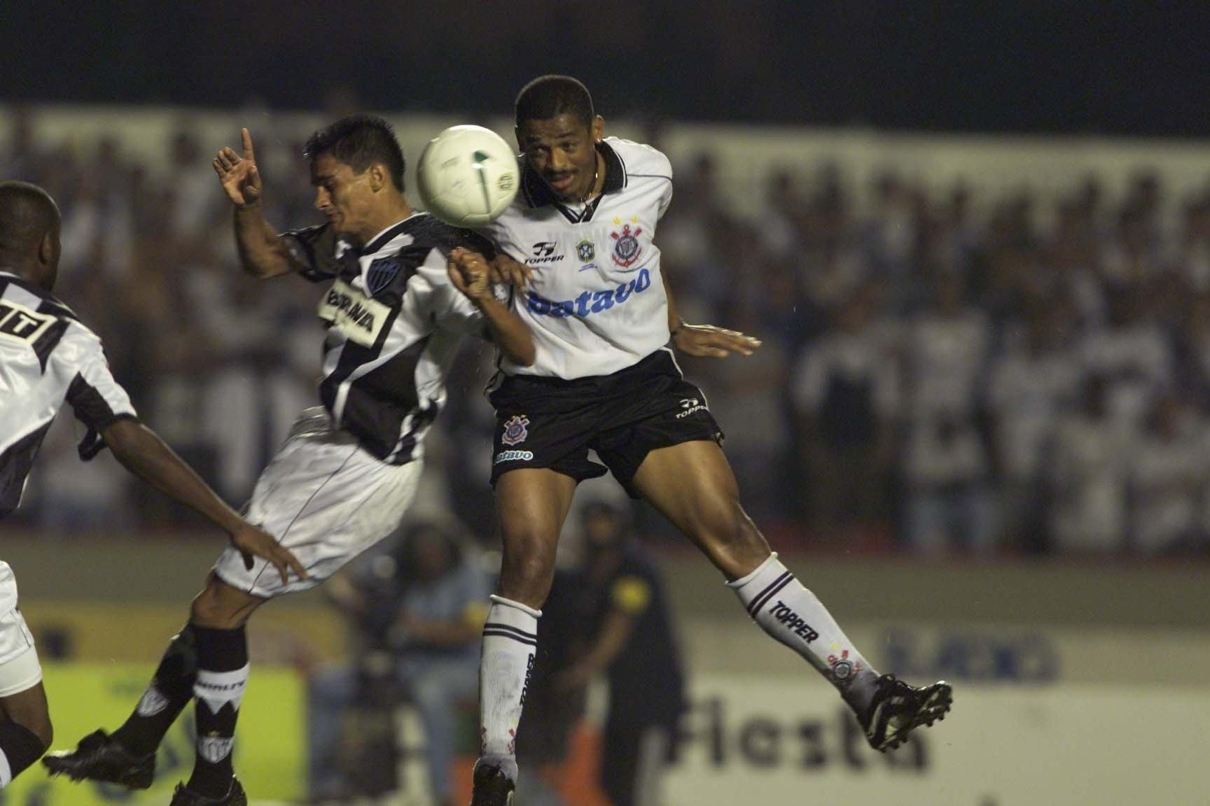 Vampeta, volante do Corinthians, sobe de cabeça para disputar bola com um jogador do Altlético-MG, na final do Brasileiro de 1999