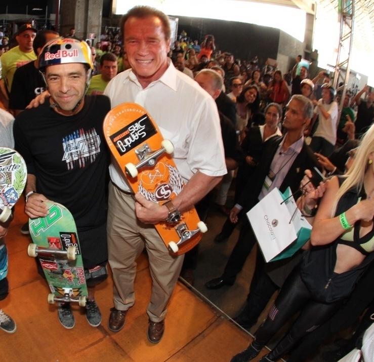 26.abr.2014 - Sandro Dias, o Mineirinho, recebe Arnold Schwarzenegger no Circuito Brasileiro de Skate Bike