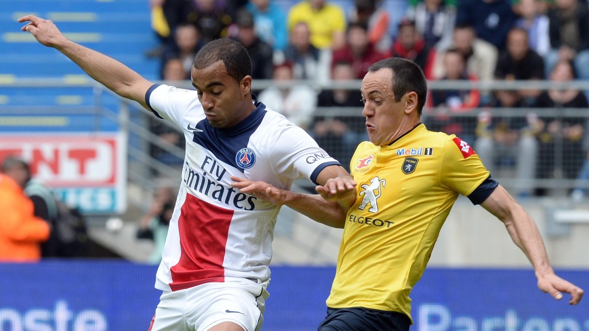 27.abr.2013 - Lucas tenta a jogada individual na partida entre PSG e Sochaux