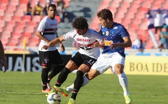 Pato tenta se livrar da marcação da equipe do Cruzeiro