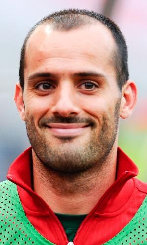 15.out.2013 - Rúben Micael, de Portugal, se perfila antes do jogo contra Luxemburgo pelas eliminatórias da Copa do Mundo-2014