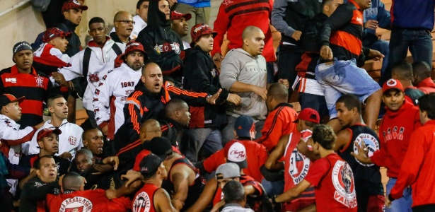 Torcedores do Flamengo brigam nas arquibancadas do Pacaembu durante o jogo contra o Corinthians