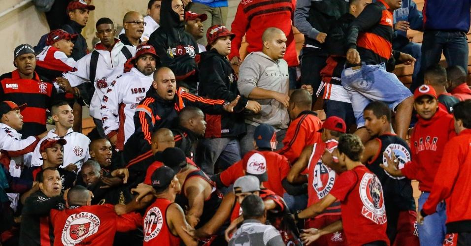 27.abr.2014 - Torcedores do Flamengo brigam nas arquibancadas do Pacaembu durante o jogo contra o Corinthians pelo Campeonato Brasileiro
