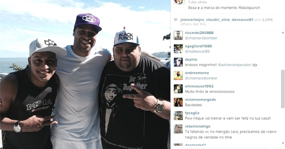 Adriano posa para foto com amigos utilizando camisa justa e é elogiado por fãs: