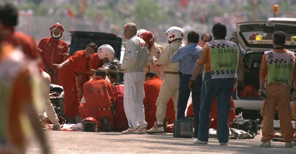 Paramédicos se reúnem em volta do carro de Ayrton Senna, após acidente falta no GP de San Marino
