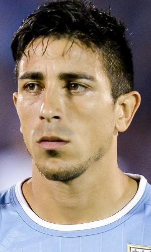 15.out.2013 - Jorge Fucile, do Uruguai, fica perfilado antes do jogo contra a Argentina pelas eliminatórias da Copa do Mundo-2014