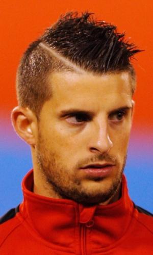 15.out.2013 - Kevin Mirallas, da Bélgica, se perfila antes da partida contra País de Gales pelas eliminatórias da Copa do Mundo-2014