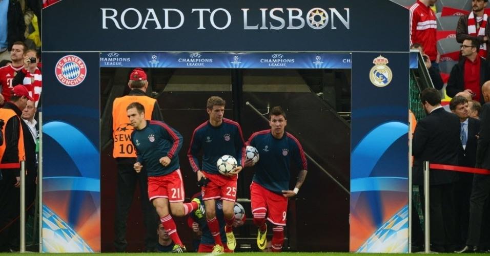 Jogadores do Bayern entram em campo no Allianz Arena para a decisão das semis  (29.abr.2014)