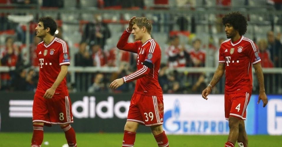 29.abr.2014 - Jogadores do Bayern lamentam derrota para o Real Madrid nas semifinais da Liga dos Campeões