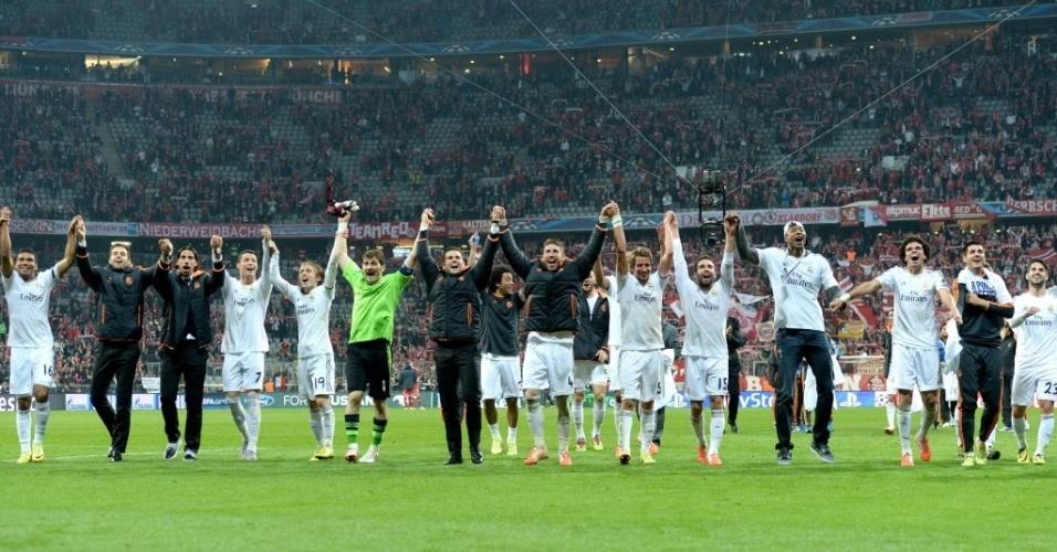 29.abr.2014 - Jogadores do Real Madrid cumprimentam a torcida após a vitória por 4 a 0 no segundo jogo da semifinal da Liga dos Campeões contra o Bayern de Munique
