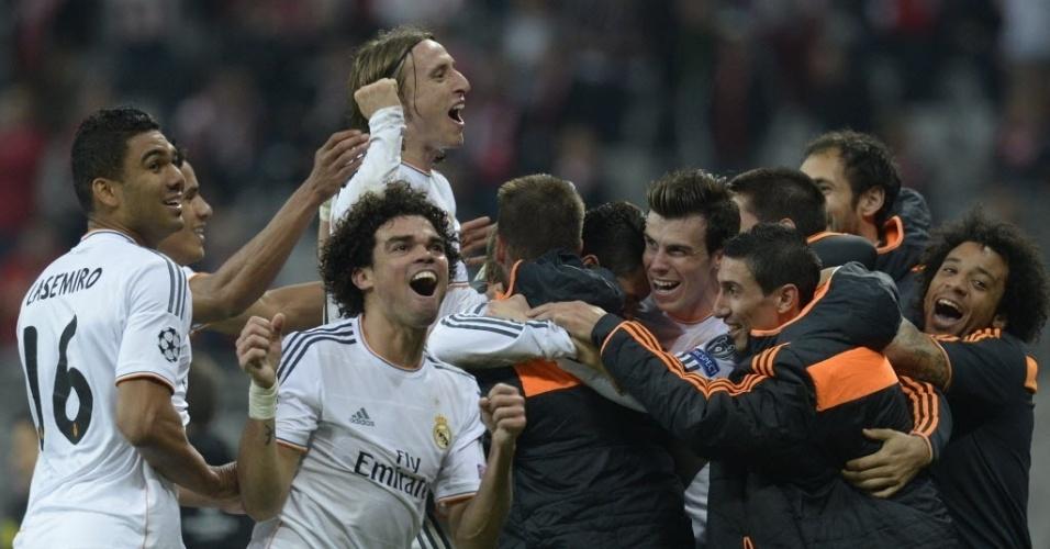29.abr.2014 - Jogadores do Real Madrid vibram com o gol de Cristiano Ronaldo, que selou a vitória do time espanhol sobre o Bayern de Munique