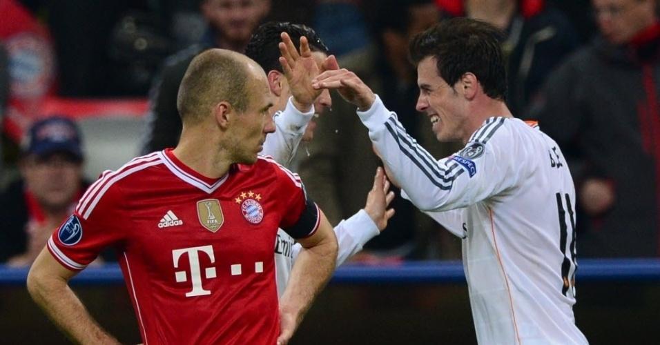 29.abr.2014 - Observados por Robben, Cristiano Ronaldo e Gareth Bale comemoram o quarto gol do Real Madrid, marcado pelo português