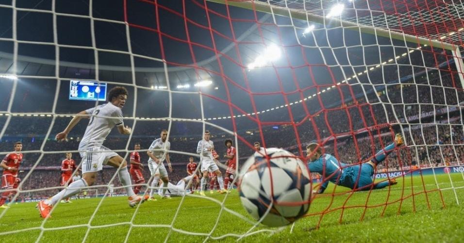 Atletas do Real observam bola balançar as redes de Neuer no 2º gol de S. Ramos (29.abr.2014)