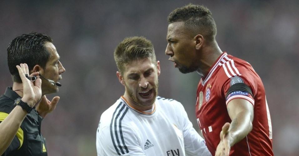 Boateng reclama de lance marcado pela arbitragem e Sergio Ramos tenta separar (29.abr.2014)