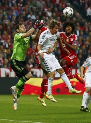 Casillas afasta perigo da área do Real Madrid na partida contra o Bayern (29.abr.2014)