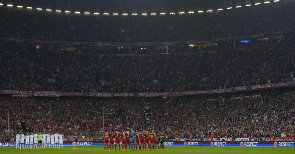 Jogadores de Real e Bayern fazem um minuto de silêncio por Tito Vilanova (29.Abr.2014)